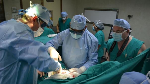 La cirugía duró 14 horas y el paciente ya se encuentra más estable.