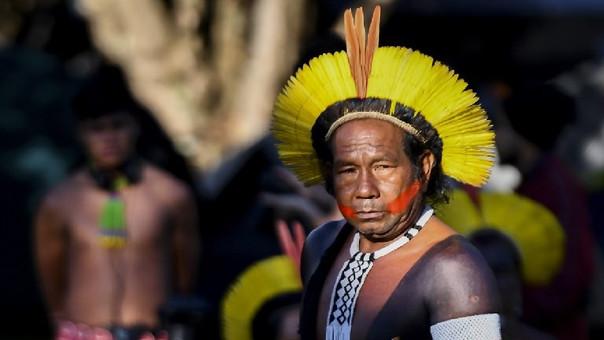 Un indígena brasileño llega al 'Acampamento Terra Livre ' en la ciudad de Brasilia en donde más de 2,500 personas de diferentes tribus se juntan para reclamar por sus derechos.
