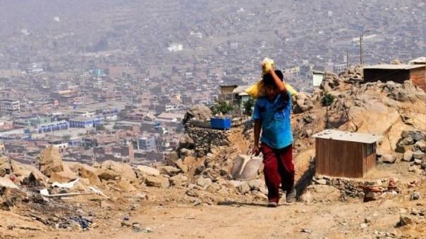 La pobreza afecta más a la población que tiene como lengua aprendida en su niñez, una lengua nativa: quechua, aymara o lenguas amazónicas.