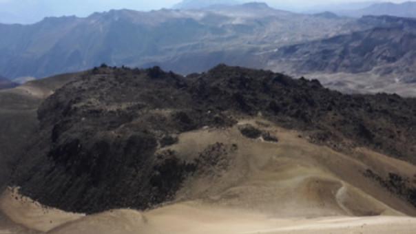 Cráter del volcán Ticsani donde se ha formado un domo de lava hace menos de 400 años.
