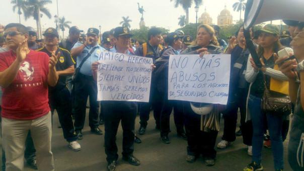 Protestan en la plaza de armas.