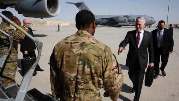 El secretario de Defensa de EE.UU., James Mattis, durante una visita a la base en Yibuti.