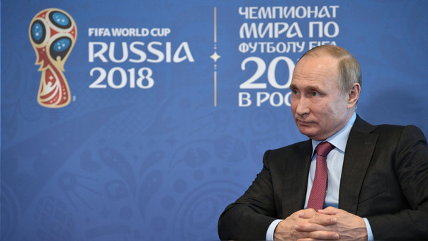 Vladímir Putin durante una reunión con el presidente de la FIFA a inicios de mayo. Su gobierno ha invertido cerca de 10 mil millones de euros en la organización del torneo y según anunció la semana pasada,
