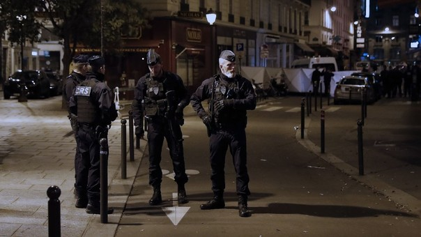 Agentes de la policía francesa vigilan cerca del lugar del atentado.