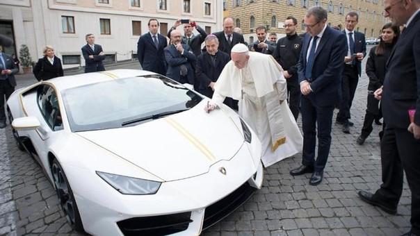 El papa Francisco recibió como regalo un Lamborghini Huracán, que decidió subastar y destinar lo recaudado a la caridad.