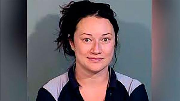 Jacqueline Ades sigue arrestada.