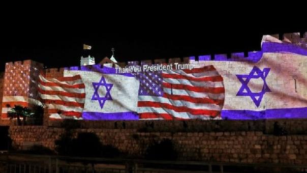 Las banderas de Israel y Estados Unidos se proyectan en las paredes de la nueva embajada.