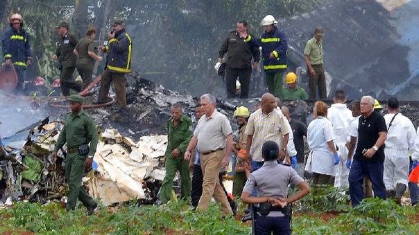 El presidente de Cuba, Miguel Díaz-Canel (centro) entre los restos del avión.