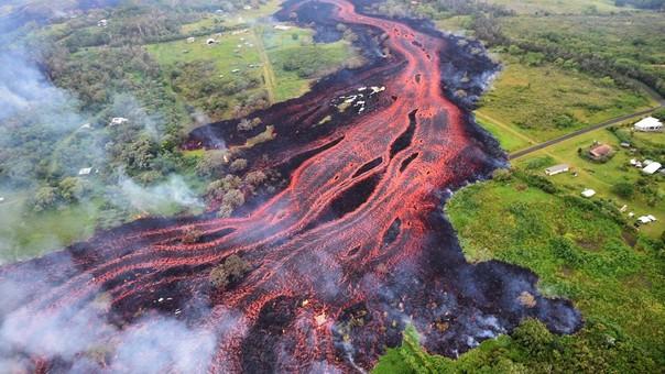 Vista área de un río de lava tras la erupción del volcán Kilauea.