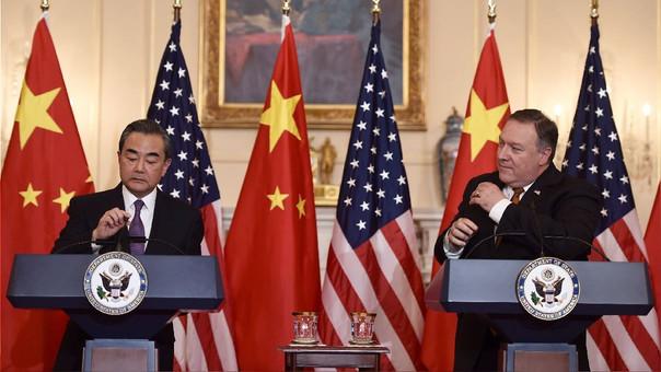 Mike Pompeo y Wang Yi, jefe de la Diplomacia de EE.UU. y China, declaran antes de una reunión en el Departamento de Estado de EE.UU. en Washington D.C.
