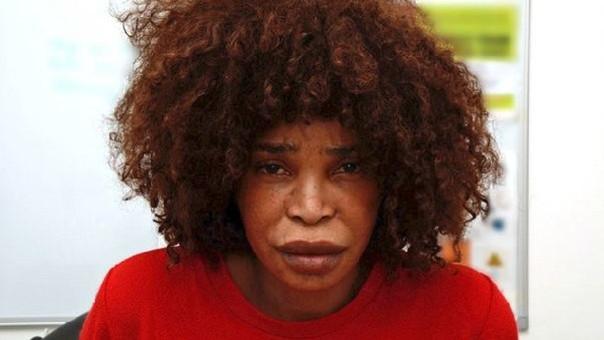 Berlinah Wallace, de 48 años, lanzó el líquido a Mark van Dongen, holandés de 29 años, cuando este dormía en el apartamento de ella.