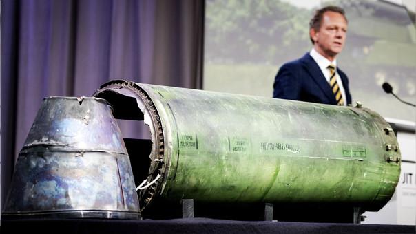 Fred Westerbeke, cabeza de la investigación, declara junto a una parte del misil BUK que fue disparado contra el vuelo MH17 de Malaysia Airlines.