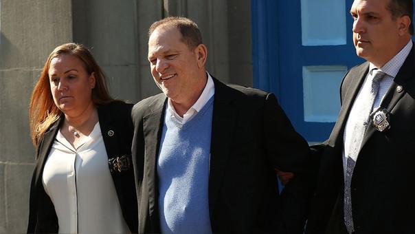 Weinstein salió esposado y sonriendo de la comisaría.