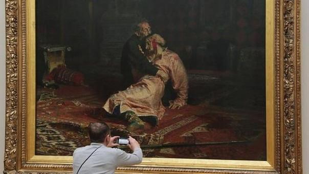 Hombre desgarra pintura de Iván el Terrible en galería rusa