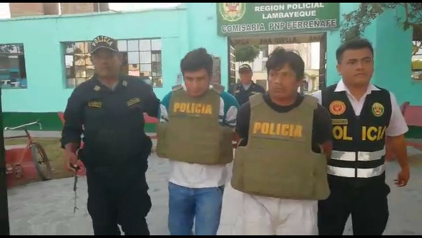 Abel, pantalón blanco, capturado recientemente y liberado por estar implicado en muerte de mujer embarazada