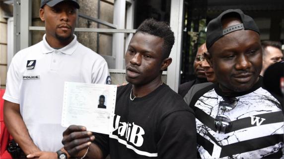 Mamoudou Gassama a la salida de la prefectura de Bobigny, en el noreste de París.