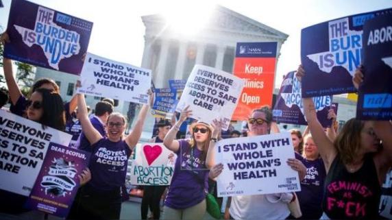 En 2016, el Estado de Texas el Tribunal Supremo decidió eliminar una ley que entorpecía el derecho al aborto de las mujeres.