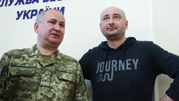 Arkadi Babchenko, junto al jefe del Servicio de Seguridad de Ucrania, durante su presentación en una conferencia de prensa.