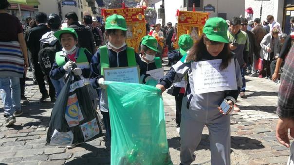 Niños recogen basura en Cusco