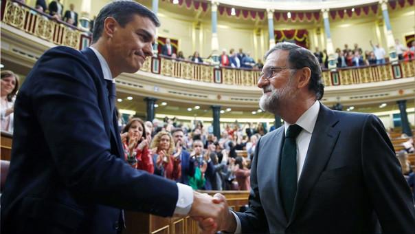 Pedro Sánchez (derecha) saluda a Mariano Rajoy, cuya censura promovió.
