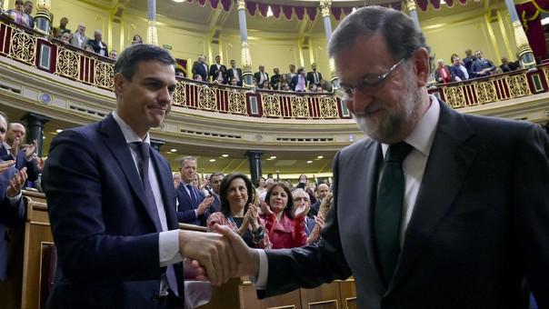 Pedro Sánchez saluda a Mariano Rajoy, a quien sucedió como presidente de España.
