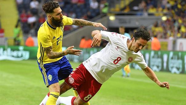 Jimmy Durmaz (Suecia) y Thomas Delaney (Dinamarca) peleando una pelota dividida.