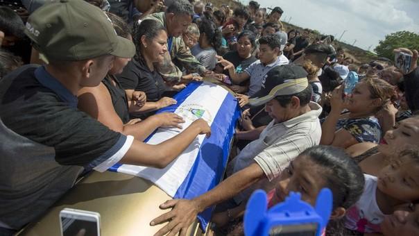 Yadira Córdoba (centroizquierda) da el último adiós a su hijo Orlando Córdoba, el adolescente de 15 años asesinado este miércoles en las protestas.