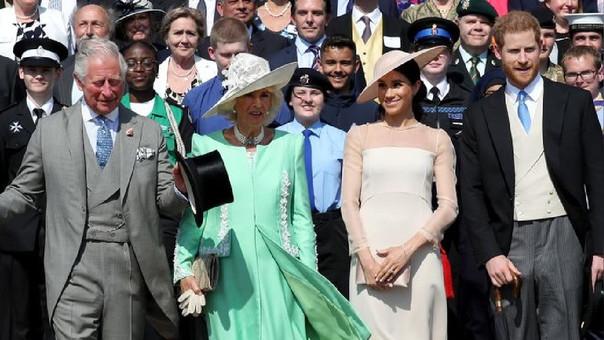 La buena relación entre Markle y Carlos sería un indicio importante para que ambos caminaran en el altar el día de la boda real. Como se recuerda el príncipe fue el encargado de llevar a la nueva duquesa por el pasillo el día de su boda, ante la ausencia de Thomas Markle, padre de la novia.