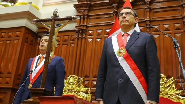 Martín Vizcarra (derecha) el día que juró como presidente ante Luis Galarreta, presidente del Congreso.