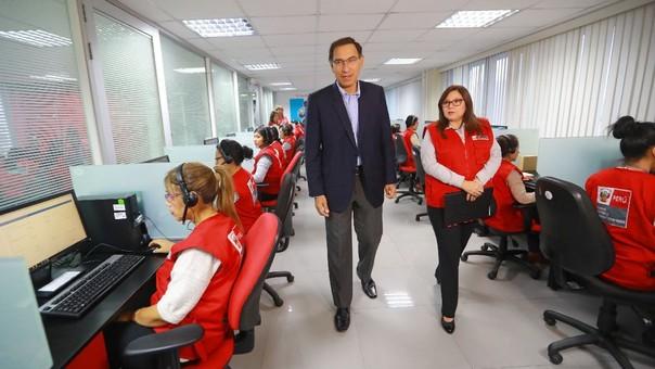 El presidente Vizcarra durante una supervisión al servicio de la Línea 100 del Ministerio de la Mujer y Poblaciones Vulnerables, que atiende casos de violencia contra la mujer.