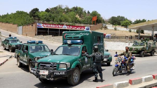 La Policía afgana rodea el lugar de un ataque suicida el pasado 4 de junio.