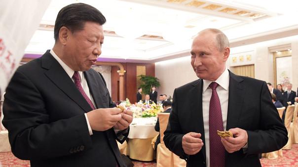 Xi Jinping (derecha) y Vladímir Putin (izquierda) durante una ceremonia en Pekín.