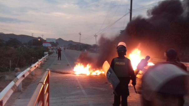 Pobladores bloquearon el puente Olmos