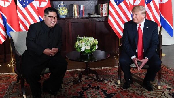 Kim Jong-un y Donald Trump durante su encuentro en el hotel Capella, en Singapur.