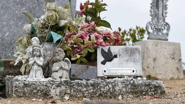 La tumba de 'la mártir de la A10' en el cementerio de Suèvres.
