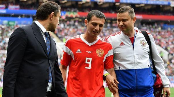 Dzagoev sale del campo tras la lesión que lo dejó fuera del partido inaugural del Mundial.