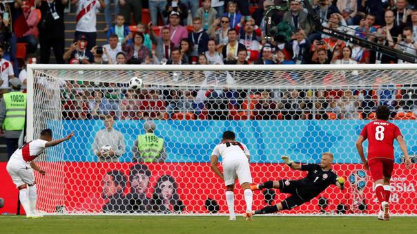 Así falló Christian Cueva ante el arquero de la Selección de Dinamarca.