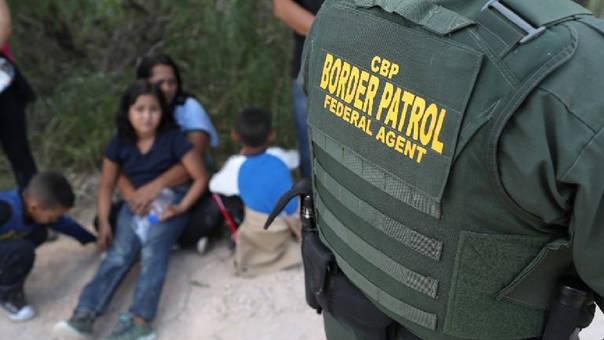 Cerca de 2 mil menores inmigrantes han sido separados de sus familias en la frontera con México en tan solo seis semanas.