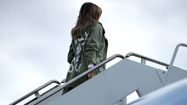 La primera dama ya no llevaba la gabardina cuando desembarcó unas horas más tarde en McAllen (Texas) para visitar uno de los centros de detención para menores inmigrantes.