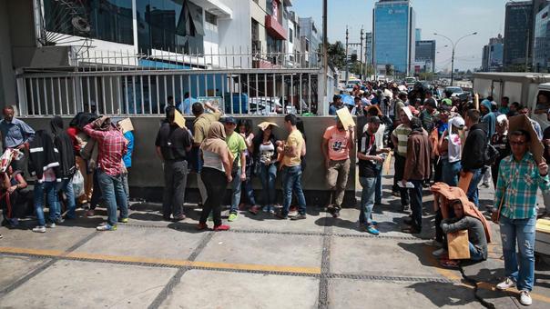 cientos de Venezolanos esperan en la sede de la Comisión Especial para los Refugiados