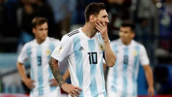 Lionel Messi y otros dos jugadores de Argentina durante la derrota ante Croacia.