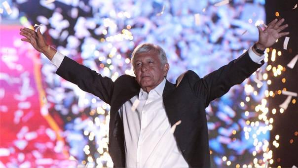 Andrés Manuel López Obrador saluda a sus seguidores durante el cierre de campaña en el Estadio Azteca. Todas las encuestas lo dan como el ganador de las elecciones de este domingo.