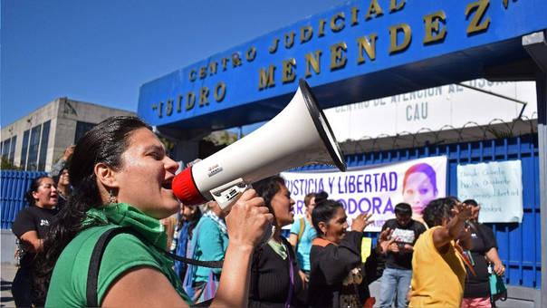 Protesta en El Salvador contra la encarcelación de una mujer por abortar.