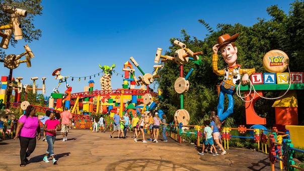 Toy Story Land consiste en una atracción salida de la imaginación del vaquero Andy, de quien figura una replica de 20 pies de altura.