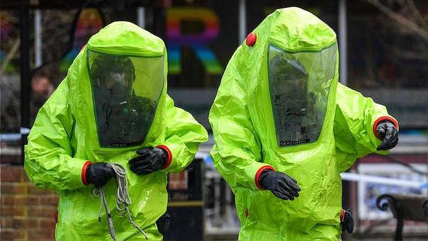 Dos agentes con trajes especiales en la zona del ataque químico a Skripal.