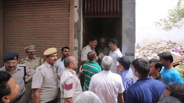 La Policía y los vecinos afuera de la casa donde ocurrió el suicidio colectivo.