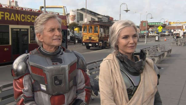 Michael Douglas y Michelle Pfeiffer se pusieron el traje de superhéroes. Ellos son Ant-Man y La Avispa originales en la nueva cinta de Marvel.