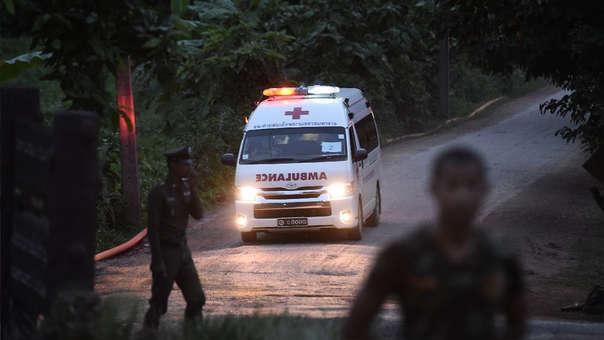 UNa ambulancia sale de la zona de la cueva durante el segundo operativo de rescate.