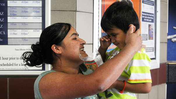 La guatemalteca Mircy Alba López posa junto a su hijo Eder Galicia, de 3 años. Ambos fueron reunidos tras estar cuatro meses separados.
