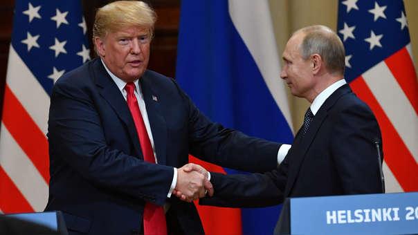 Donald Trump estrechó la mano del presidente de Rusia Vladimir Putin en la cumbre de Finlandia.